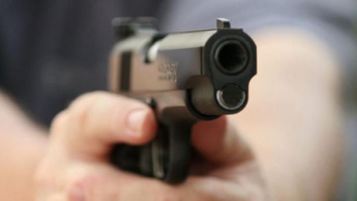 ŞOCANT! Un bărbat, ÎMPUŞCAT MORTAL de un polițist după ce l-a atacat cu o furcă