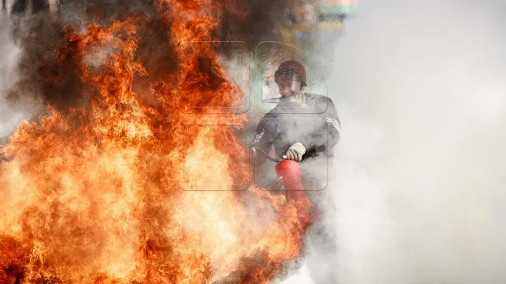 CEL MAI NEÎNFRICAT ŞOFER! A avut curajul să salveze o mașină din trailerul în flăcări (VIDEO)