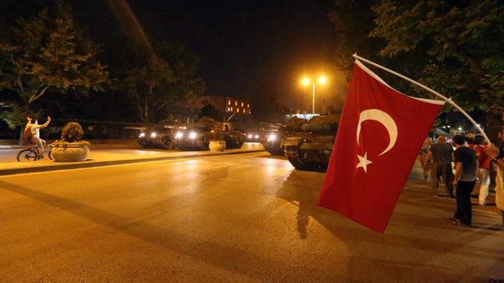 TENTATIVĂ DE LOVITURĂ DE STAT în Turcia. Soldații SE PREDAU cu mâinile sus (VIDEO)