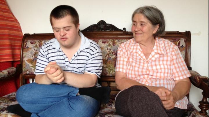 Boala nu este o SENTINŢĂ! Un tânăr cu sindromul Down a promovat BAC-ul cu nota ŞAPTE