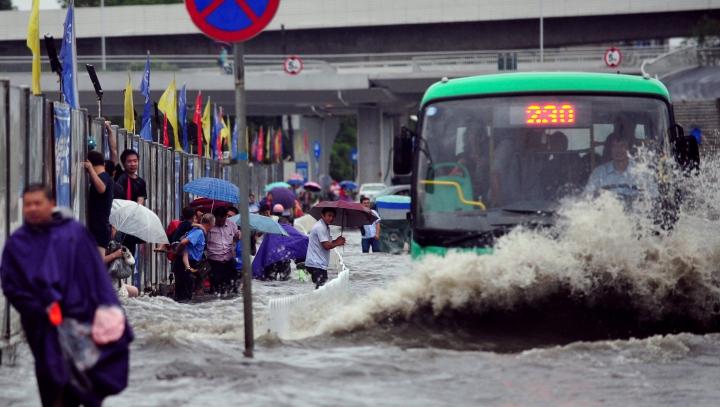 Japonia, distrusă de INUNDAŢII DEVASTATOARE! Zeci de mii de oameni au fost evacuaţi
