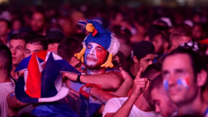 EMOŢIONANT! Un suporter francez izbucneşte în lacrimi la sfârşitul meciului. Cine vine să-l consoleze (VIDEO)