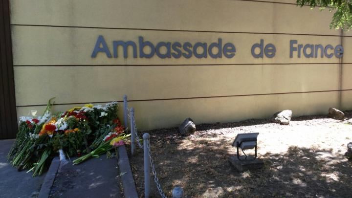 Andrian Candu a depus flori la Ambasada Franţei: Atunci când mor oamenii nu există nicio scuză