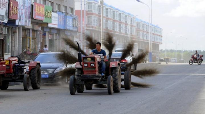 O notă de 10 pentru muncitor. Imagini halucinante surprinse pe o stradă din Rusia (VIDEO)
