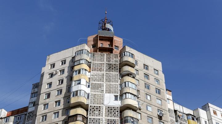 Vecinii oferă detalii ȘOCANTE! De ce s-a aruncat de la etaj tânărul de la Buiucani (VIDEO)