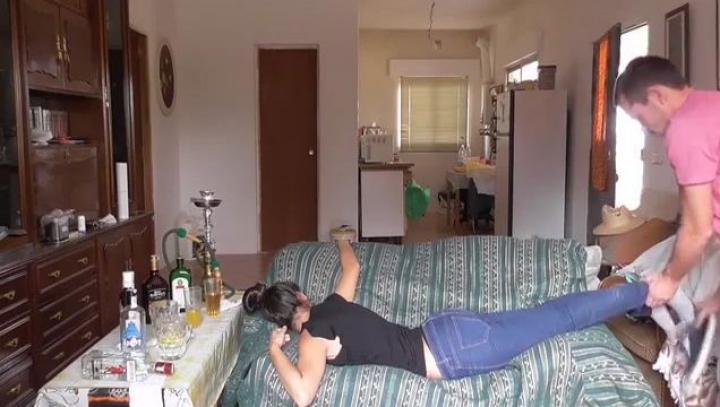 VIDEO VIRAL! Se creează impresia că un bărbat profită de o tânără beată, dar ADEVĂRUL E ALTUL