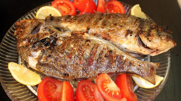 Ce să faci când îţi rămâne un os de peşte în gât. Acţiunile care ÎŢI POT SALVA VIAŢA