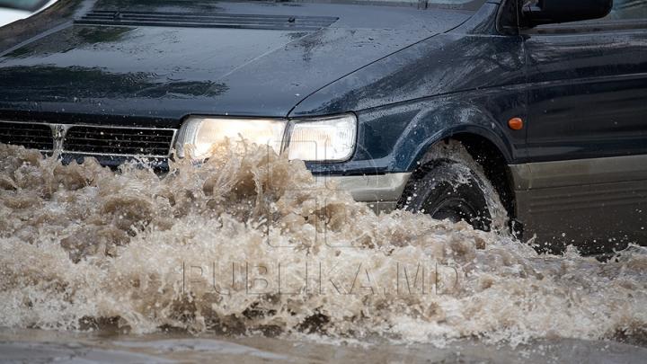Şoferi, FIŢI ATENŢI! O stradă din Capitală A FOST INUNDATĂ (FOTO)