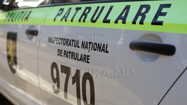 Acţiune de prevenire a accidentelor rutiere. Poliţiştii au împărţit veste reflectorizante (FOTO)