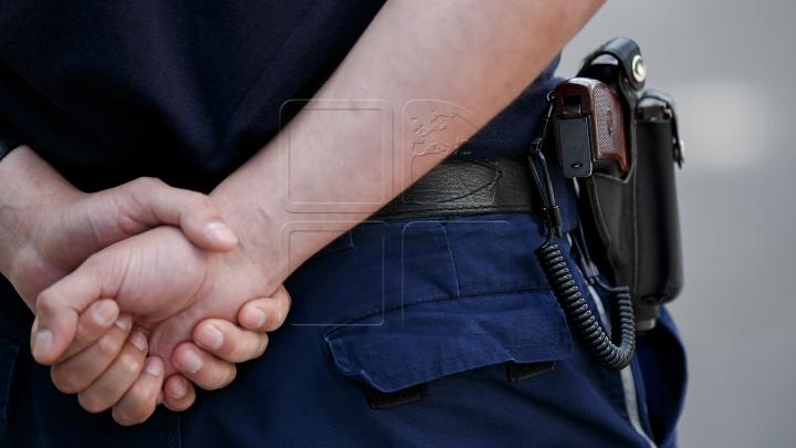 Lăcomia îl va duce după GRATII! Un polițist A FOST REŢINUT pentru luare de mită