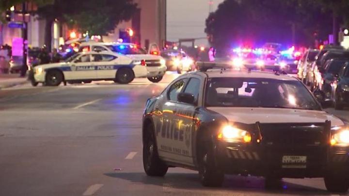 GROAZNIC! Momentul în care polițiștii din Dallas AU FOST ÎMPUŞCAŢI de lunetiști (VIDEO)