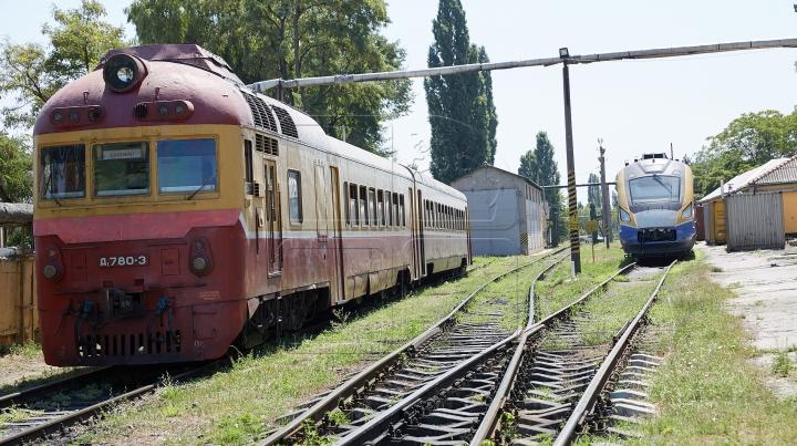 Locomotiva unui tren a luat foc la Ocnița. Toți pasagerii au fost evacuați (FOTO)