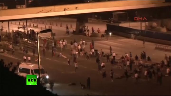 (VIDEO +18) IMAGINI ŞOCANTE: Se trage în plin în mulţime, la Istanbul