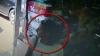 O CAUTĂ POLIŢIA CAPITALEI! Momentul când această tânără fură un iPhone dintr-un magazin (VIDEO)