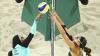 FOTOGRAFIA ZILEI. Contrastul culturilor surprins în timpul unei partide de volei pe plajă la Rio