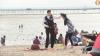 Experiment social controversat: Un polițist i-a cerut unei femei să nu mai poarte burkini (VIDEO)