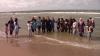Autoritățile franceze, ironizate: Mai mulți olandezi au înotat îmbrăcați în burkini, în semn de solidaritate