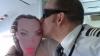 SCANDAL în aviaţie. Un pilot sărută o păpuşă gonflabilă, iar o stewardesă jigneşte pasagerii (VIDEO)