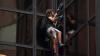 Nebunie curată! A escaladat fațada de sticlă a Turnului Trump doar cu ventuze (VIDEO)