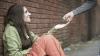 O adolescentă cerșea pe stradă alături de bebelușul ei. Cine i-a schimbat destinul într-o singură zi