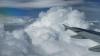 Pasagerii au rămas uimiţi. Ce a apărut pe cer în timp ce fotografiau norii din avion