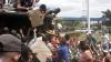 FOAME în Venezuela: Momentul când oamenii furioşi jefuiesc un camion cu făină (VIDEO)