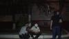 Atacat şi jefuit de doi indivizi. Victima s-a luat după hoţi, dar a căzut şi s-a umplut de sânge (VIDEO)