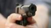 Un cântăreţ a fost arestat fiind suspectat că a amenințat o femeie cu o armă de foc