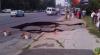 Se surpă asfaltul de sub picioare! Un nou crater a apărut în Capitală (VIDEO)