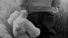 Un băiețel își vindea ursulețul de pluș pentru a face rost de bani pentru mâncare