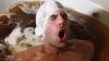 NEBUNIE CURATĂ! Un tânăr face baie într-o cadă umplută cu peste 200 litri de bere (VIDEO)