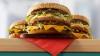 Experiment devenit viral. Ce se întâmplă dacă torni acid sulfuric peste un hamburger (VIDEO)