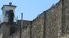 """Se țin de """"șotii"""" chiar și după gratii! Ce au descoperit oamenii legii în celulele unor deținuți (FOTO)"""