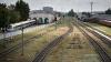 IMAGINI ŞOCANTE! Un biciclist, LA UN PAS să fie călcat de tren. Cine l-a salvat (VIDEO)