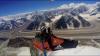 Îţi taie respiraţia! Un francez a zburat cu parapanta deasupra unui masiv din Himalaya (VIDEO)