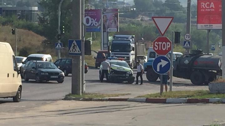 O maşină a poliţiei de patrulare, împlicată într-un ACCIDENT RUTIER la ieşirea din oraş (FOTO)