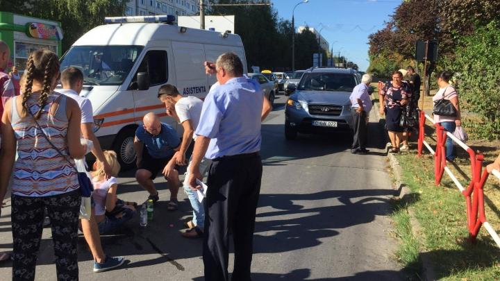 """O tânără, LOVITĂ PE TRECEREA de pietoni. Martor: """"A fost aruncată la cinci metri"""" (FOTO)"""