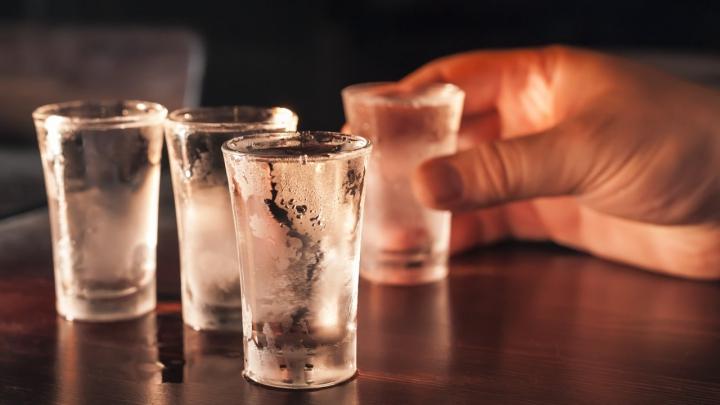 LOVITURĂ DURĂ pentru rușii amatori de băuturi spirtoase! A crescut preţul minim la vodcă