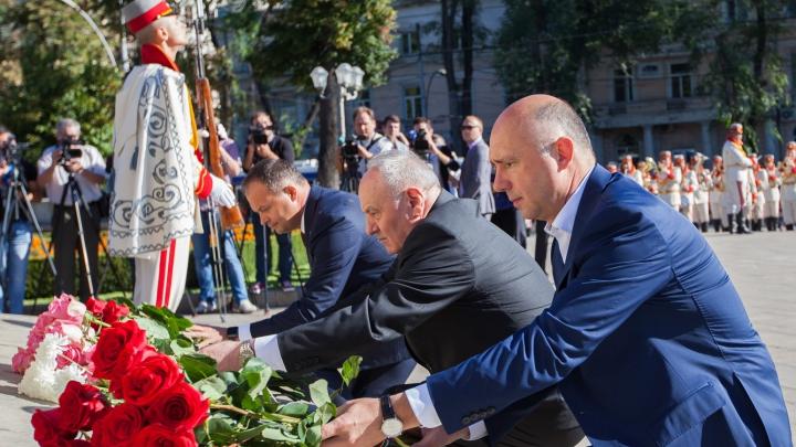 """Pavel Filip a depus flori la monumentul lui Ștefan cel Mare cu ocazia sărbătorii """"Limba Noastră"""" (FOTO)"""