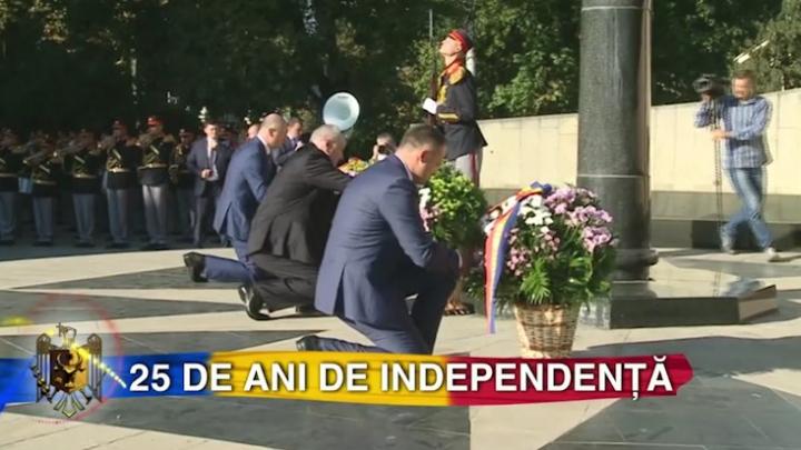 """Flori la monumentul lui Ștefan cel Mare și Sfânt şi """"Maica Îndurerată"""" de Ziua Independenței (FOTO)"""