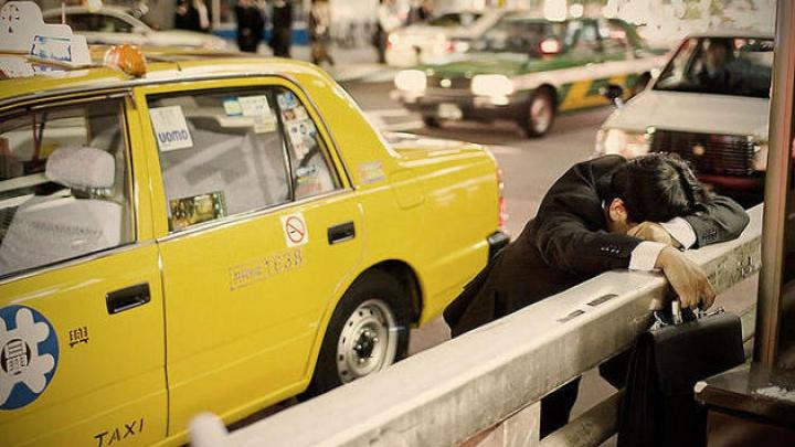 Angajații epuizați din Tokyo ADORM PE STRĂZI. POZE INCREDIBILE realizate de un fotograf britanic