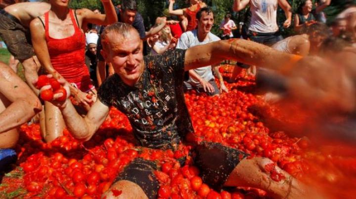 """Obiceiuri importate, bătălia de stradă cu tomate: festivalul spaniol """"Tomatina"""", adoptat de ucraineni VIDEO"""