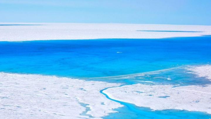 Fenomen fără precedent care îi îngrijorează pe savanți: Mii de lacuri albastre în Antarctica