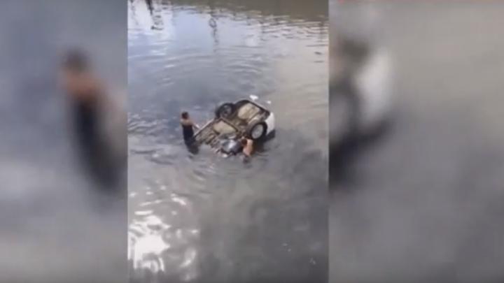 Ghinion pentru o şoferiţă! A încurcat pedalele şi a ajuns cu maşina în râu (VIDEO)