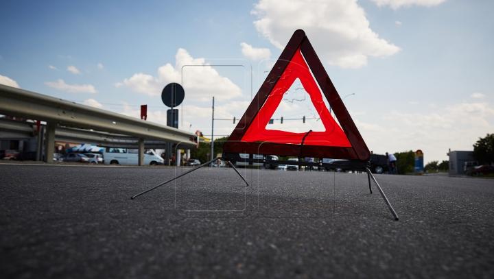 GHINION la început de săptămână! Un şofer s-a RĂSTURNAT cu maşina în Capitală (FOTO)
