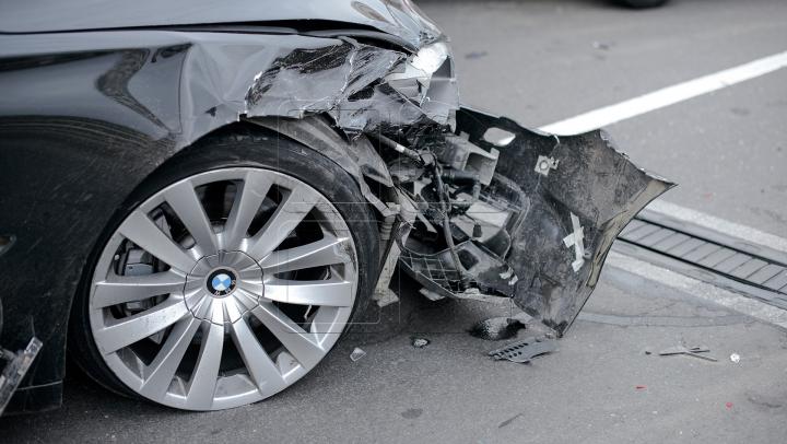 Un BMW Seria 7, AVARIAT GRAV. Cum a fost reparat ca să arate ca nou (VIDEO)