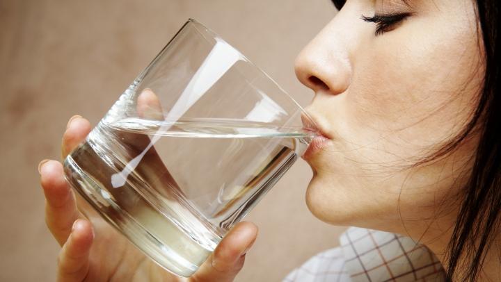 GREŞEALA pe care toţi o comitem. Cum ne otrăvim cu apa pe care o bem zilnic