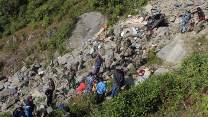 Autocar căzut în prăpastie: Cel puțin 33 de morți și 28 de răniți