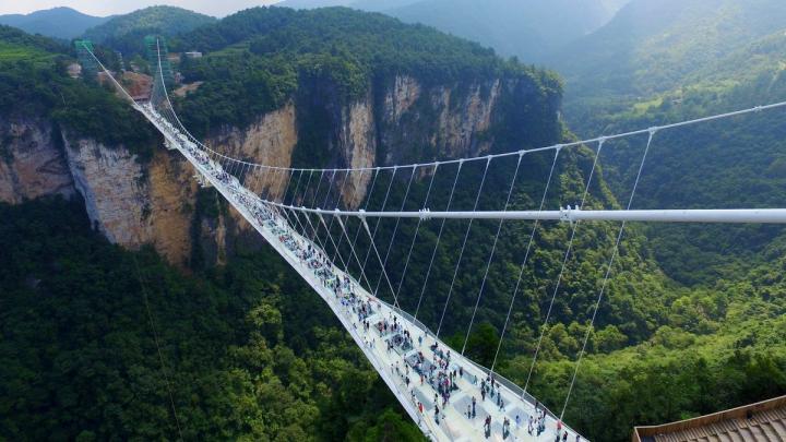 Cel mai lung pod de sticlă și aflat la cea mai mare înălțime a fost deschis în China