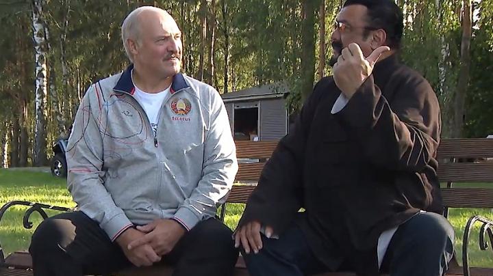 Lukaşenko i-a făcut o excursie prin grădinile sale vedetei filmelor de acţiune, Steven Seagal (VIDEO)
